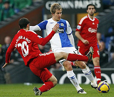 Liverpool midfielder Javier Mascherano (left) tries to block a shot from Blackburn Rovers midfielder Morten Gamst Pedersen.<br />