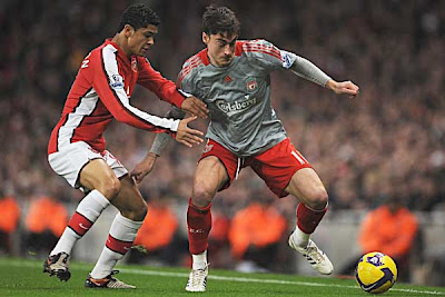 Denilson of Arsenal tracks Albert Riera of Liverpool.