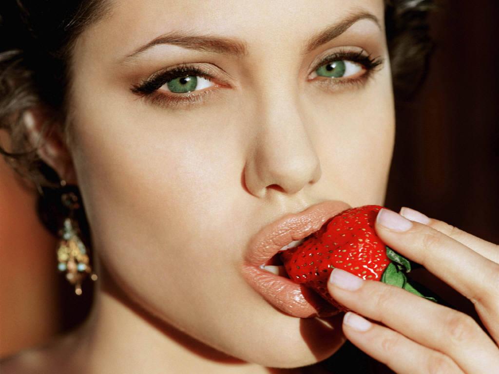 http://4.bp.blogspot.com/_UNJGKYqQ4vA/TGo75QouteI/AAAAAAAAAEY/who_dPRcSHs/s1600/angelina-jolie-strawberry.jpg