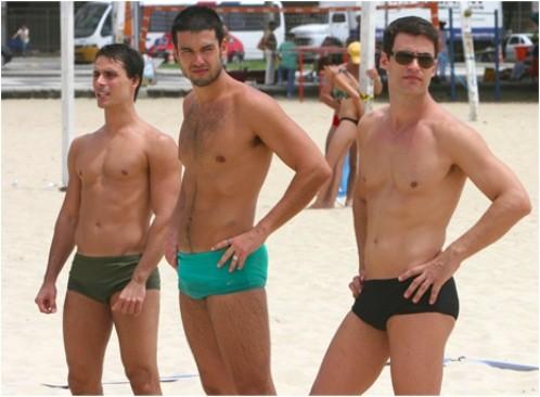 Hombres homosexuales en arena speedos
