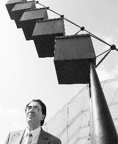 El perpretrador de la estatua, junto a su obra