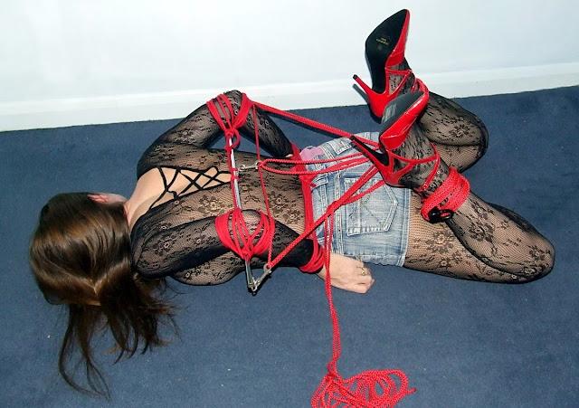 Связала веревкой по рукам