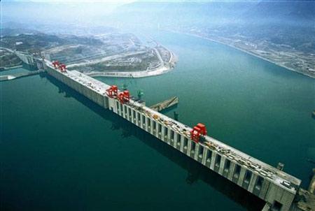 Berada di negara china memiliki panjang 6300 kilometer