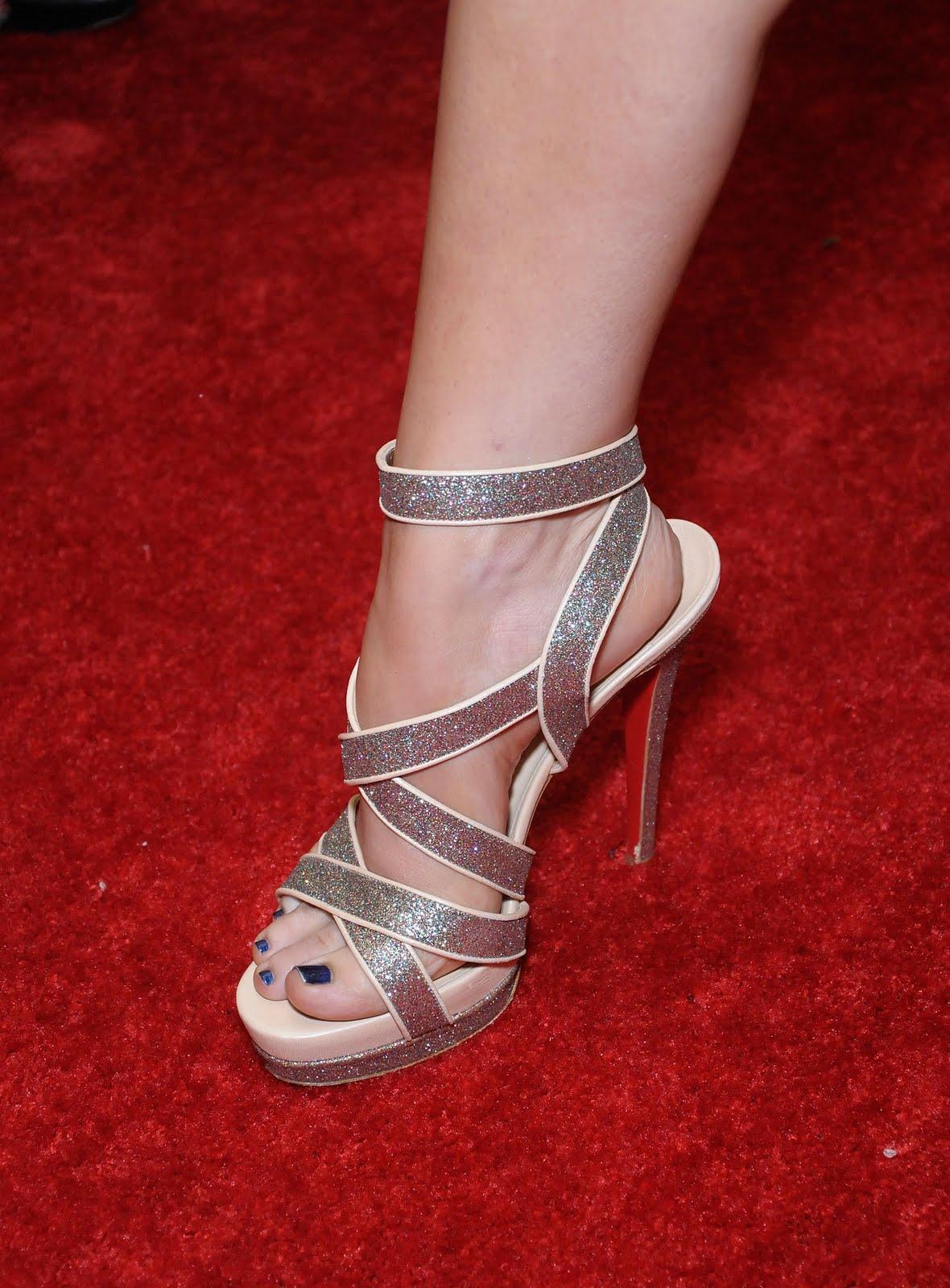 http://4.bp.blogspot.com/_UaLWp72nij4/S-22F1WZZdI/AAAAAAAALE4/2oITOTGyARk/s1600/kimberly-caldwell-feet.jpg