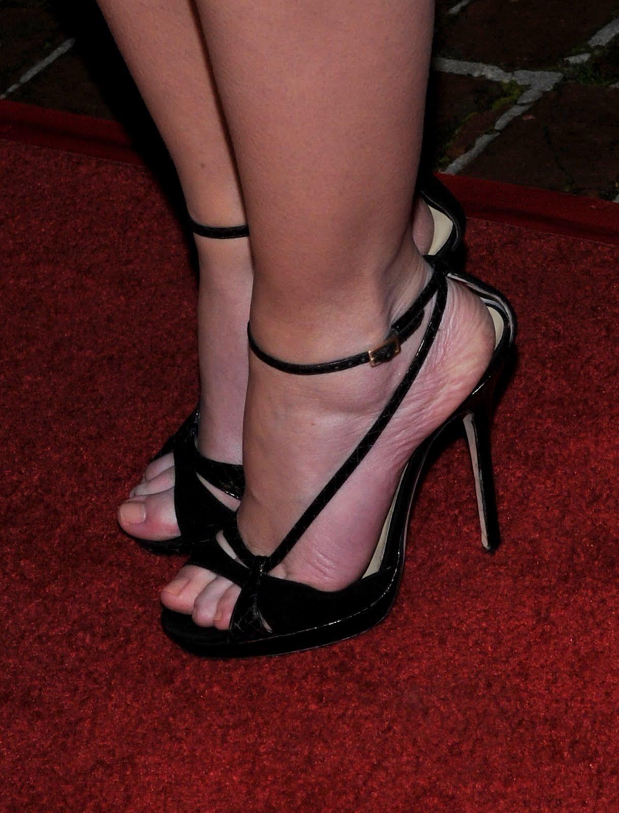 http://4.bp.blogspot.com/_UaLWp72nij4/S7pHraj6xgI/AAAAAAAAGTY/6skdeZHAvTU/s1600/emily-blunt-feet.jpg