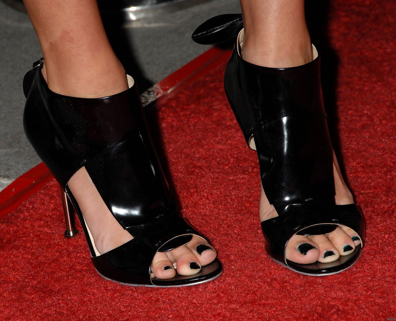 http://4.bp.blogspot.com/_UaLWp72nij4/S98pdZhtUeI/AAAAAAAAJaQ/7DveO1qoOI4/s1600/jessica-stroup-feet.jpg