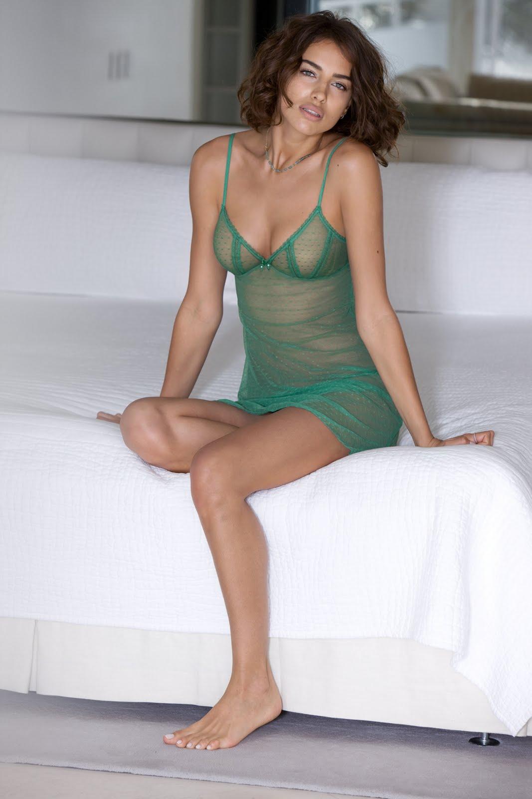 http://4.bp.blogspot.com/_UaLWp72nij4/S9H5Qc-b6DI/AAAAAAAAIVY/B3thPyLbBX4/s1600/irina-sheik-feet-5.jpg