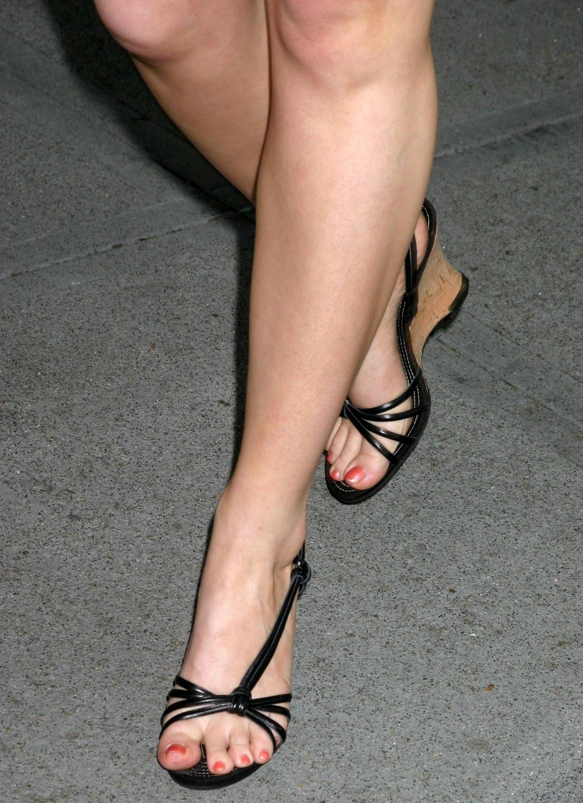http://4.bp.blogspot.com/_UaLWp72nij4/S9ib-quTN_I/AAAAAAAAI-A/kWmoVf-evHw/s1600/jennifer-finnigan-feet-5.jpg