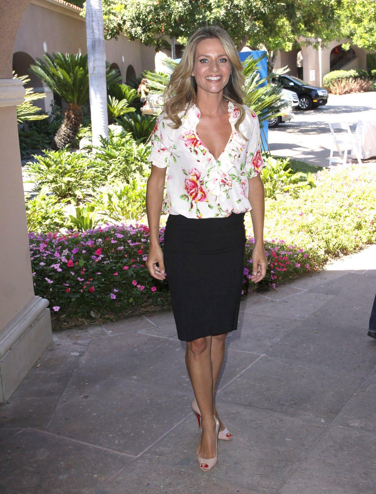 http://4.bp.blogspot.com/_UaLWp72nij4/S9s2hLUWDzI/AAAAAAAAJQY/fyCPwnhAwG0/s1600/jessalyn-gilsig-feet.jpg