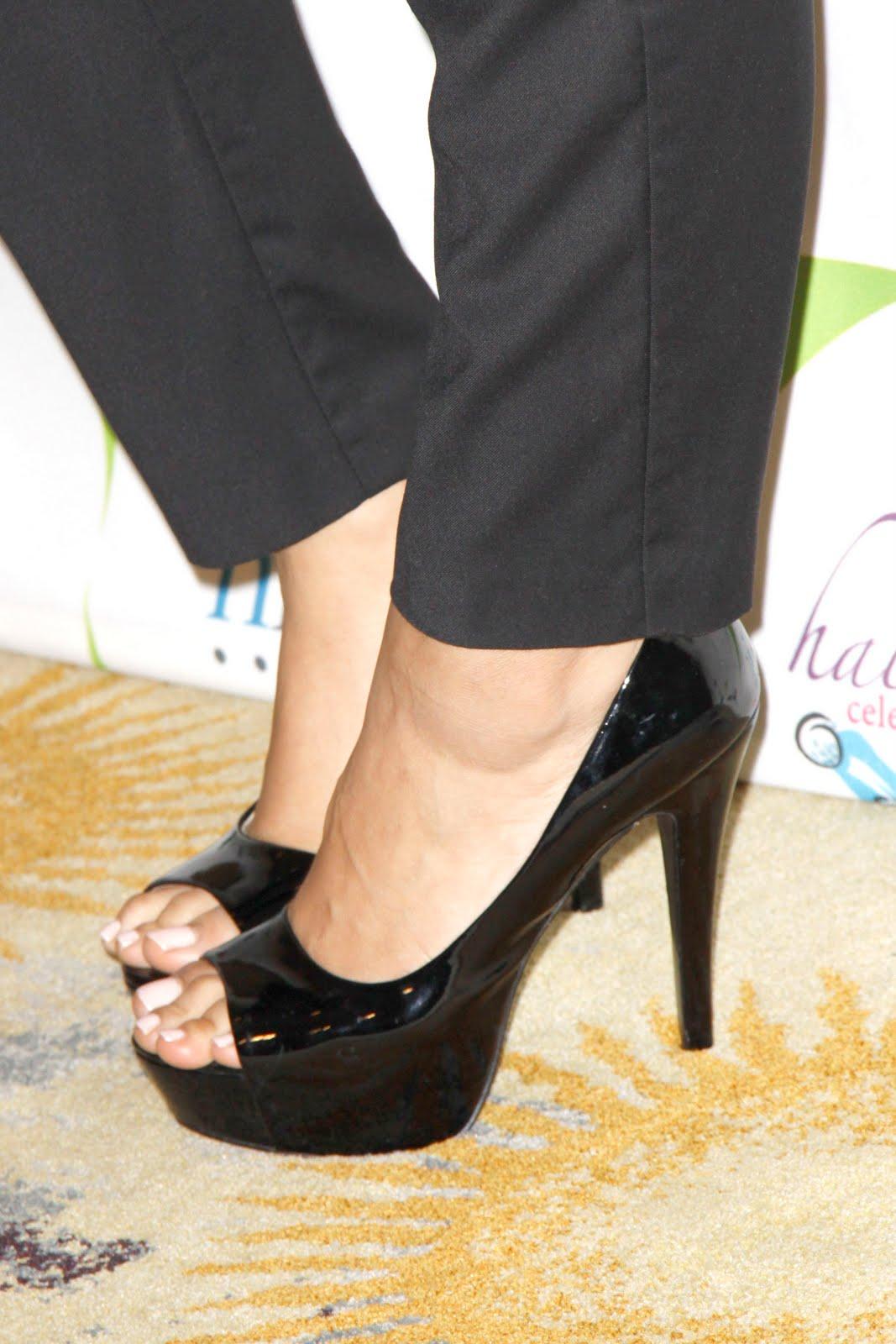 http://4.bp.blogspot.com/_UaLWp72nij4/S_RLyiK_4CI/AAAAAAAAL2k/w_t0pbQmWV8/s1600/leona-lewis-feet-5.jpg