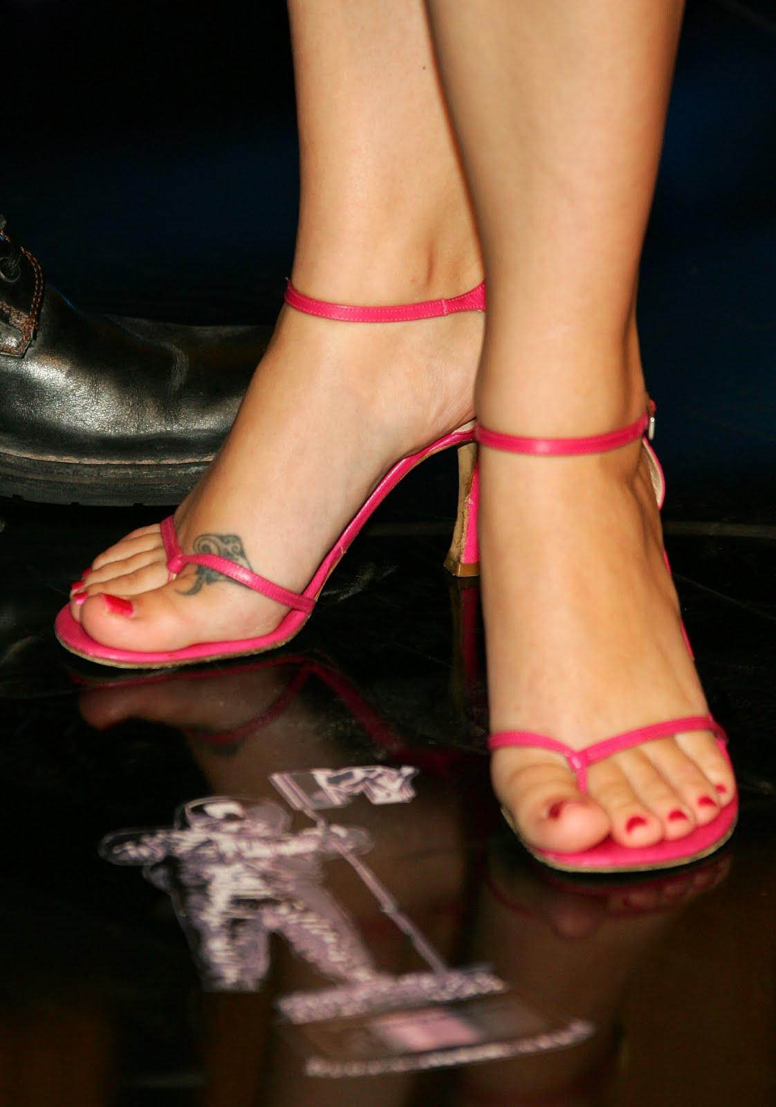 http://4.bp.blogspot.com/_UaLWp72nij4/TAlhehjK3NI/AAAAAAAAN2I/NWv05vX90pQ/s1600/melissa-joan-hart-feet-2.jpg