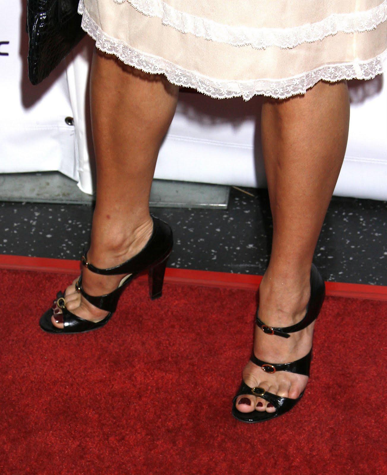 http://4.bp.blogspot.com/_UaLWp72nij4/TBqCw3pEFtI/AAAAAAAAPSo/XxA9SVn3B-E/s1600/neve-campbell-feet.jpg