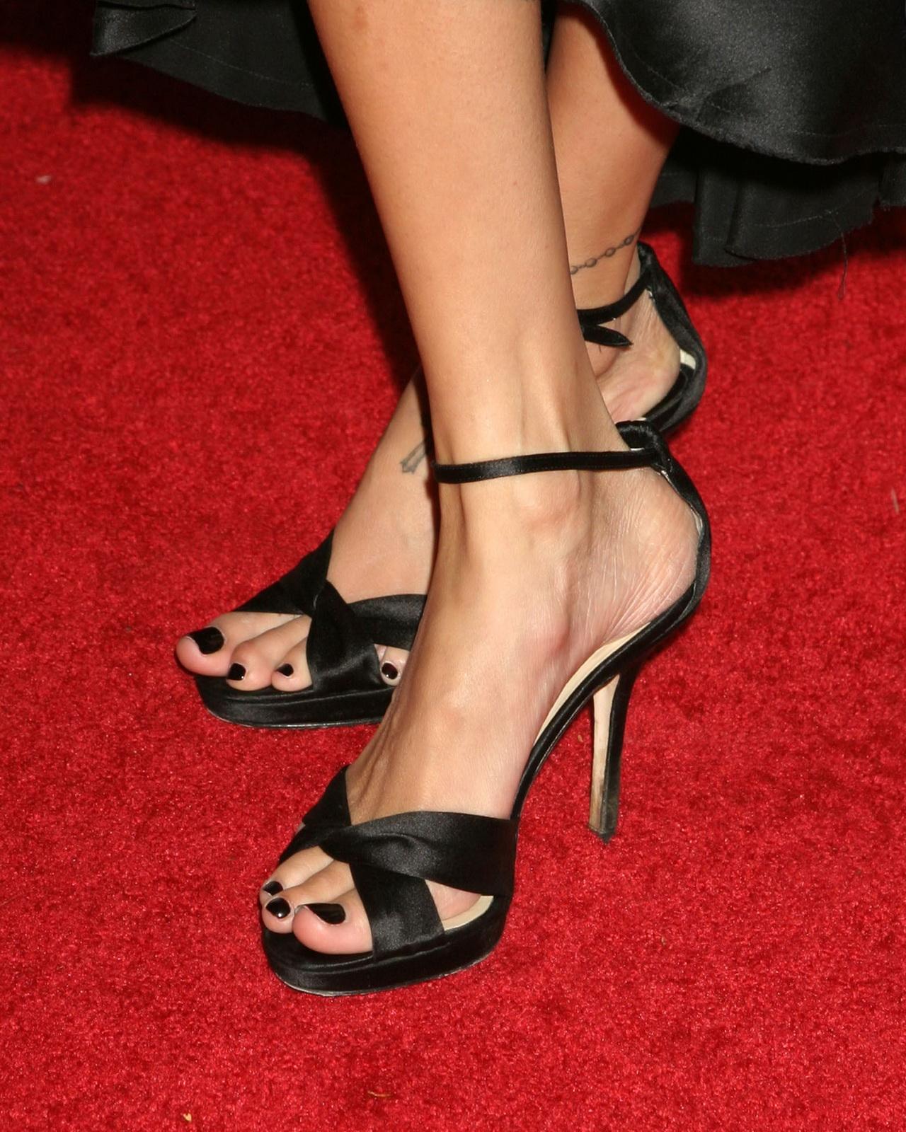 http://4.bp.blogspot.com/_UaLWp72nij4/TBqJZIUjTaI/AAAAAAAAPXE/328fnOD7djE/s1600/nicole-richie-feet-3.jpg