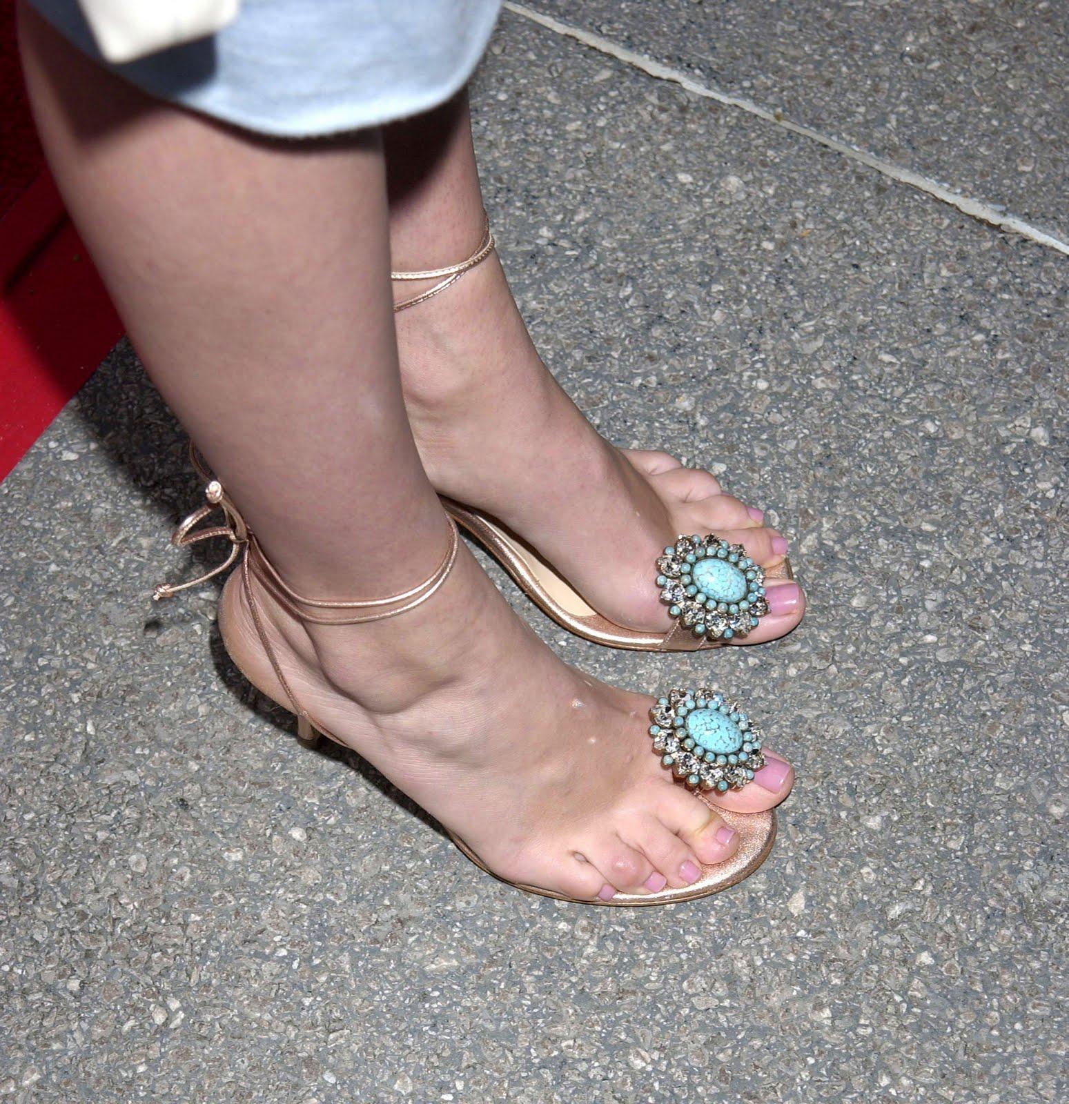 http://4.bp.blogspot.com/_UaLWp72nij4/TC0Byezv_II/AAAAAAAAQc8/af_zlwsD4tg/s1600/rebecca-romijn-feet-2.jpg