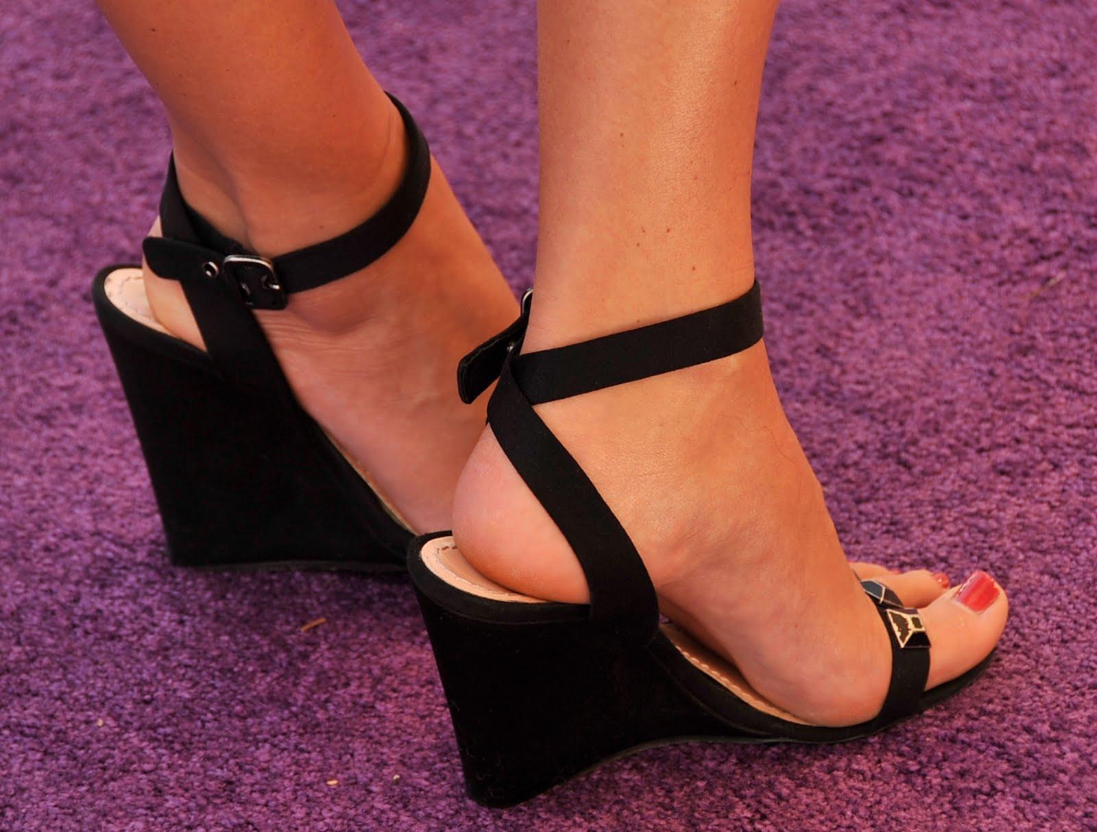 http://4.bp.blogspot.com/_UaLWp72nij4/TD-OR0gPiSI/AAAAAAAARaA/RvQv1MQ0RoQ/s1600/sarah-lancaster-feet.jpg