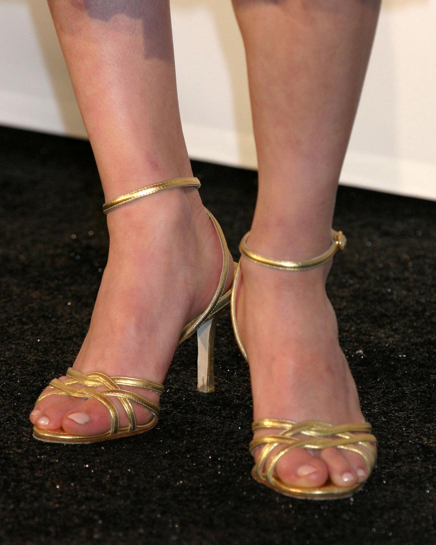 http://4.bp.blogspot.com/_UaLWp72nij4/TESy1fkYetI/AAAAAAAARkc/d6uvqmz85-I/s1600/sasha-cohen-feet.jpg