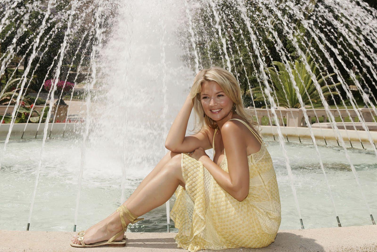 http://4.bp.blogspot.com/_UaLWp72nij4/TGxL379mLNI/AAAAAAAATxs/obMUUwwUmg4/s1600/virginie-efira-feet-3.jpg