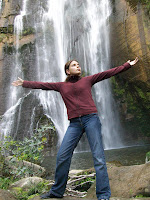 Das Sassi-Kind vor dem Wasserfall