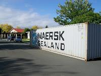 Das Containerchen mit unseren Flitzern dahinter