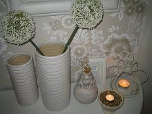 Trevligt med tända ljus i hallen när gästerna anländer