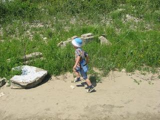 Сын бежит вдоль Волги