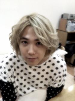 Foto foto dirinya dengan gaya rambut baru di minihompy nya pada