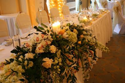 kwiaty przy głównym stole