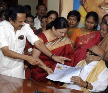 Kushboo-Joins DMK Party