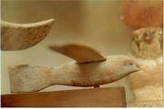 نموذج طائر تم اكتشافه في سقارة يعود إلى حضارة مصر الفرعونية ، لاحظ تشابه شكله مع شكل الطائرة الحديثة والشكل الانسيابي