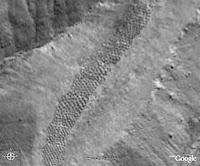شريط من الحفر الغامضة يمتد لحوالي ميل واحد لوحظ في وادي بيكسو في البيرو - التقطت الصورة من خلال الأقمار الصناعية