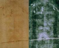 مقارنة بين صورة الوجه على الكفن والصورة السلبية بالأبيض والأسود