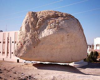 صورة صخرة زعم أنها معلقة في الهواء في الإحساء السعودية