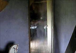 صورة شبح التقطها مصور البي بي سي، لاحظ القدمان