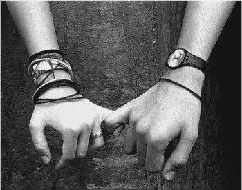 manos juntas creando confianza en una mujer
