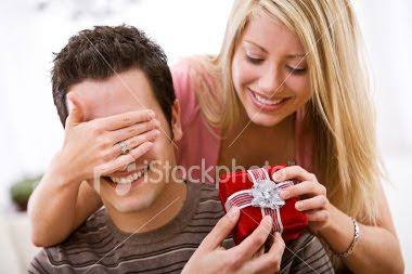 chica regalando obesquio a novio recupera a tu novia