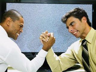 hombres compitiendo en un pulso o arm wrestling