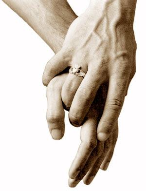 manos tomadas conquistando a una muejer con novio
