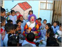 Con mi disfraz de payaso y mis niños bolivianos