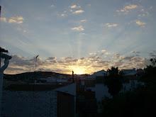 Desde mi ventana veo el amanecer como una caricia que me da sus largos rayos en mi cuerpo.