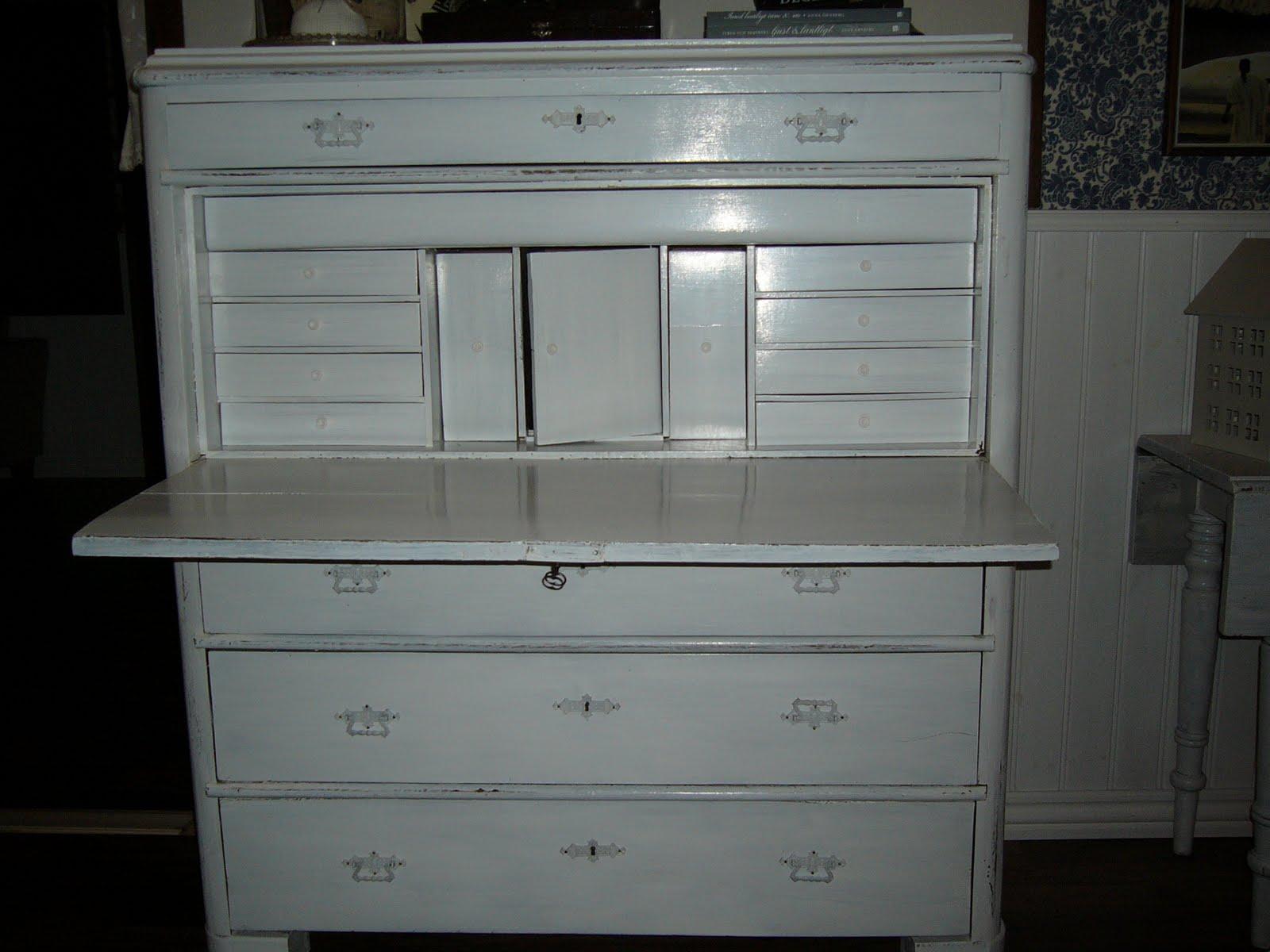 Vita Koksbord : Beslagen har jag spraymolat vita, for jag tycker det ser bottre ut