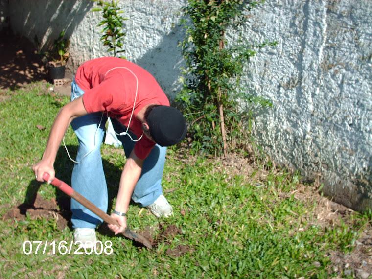 Aluno cavando o buraco para o plantio da muda de bergamota.