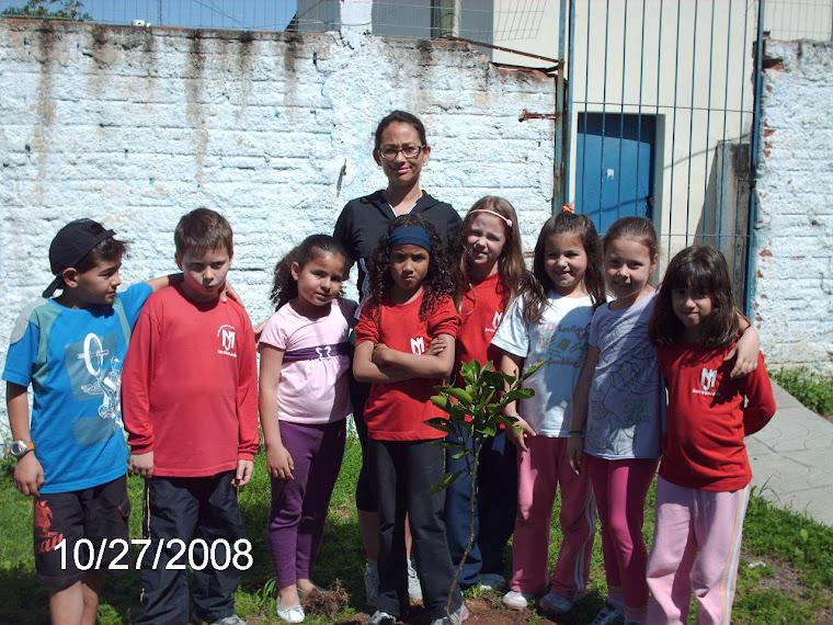 Professora acompanhando mais um plantio na Escola.