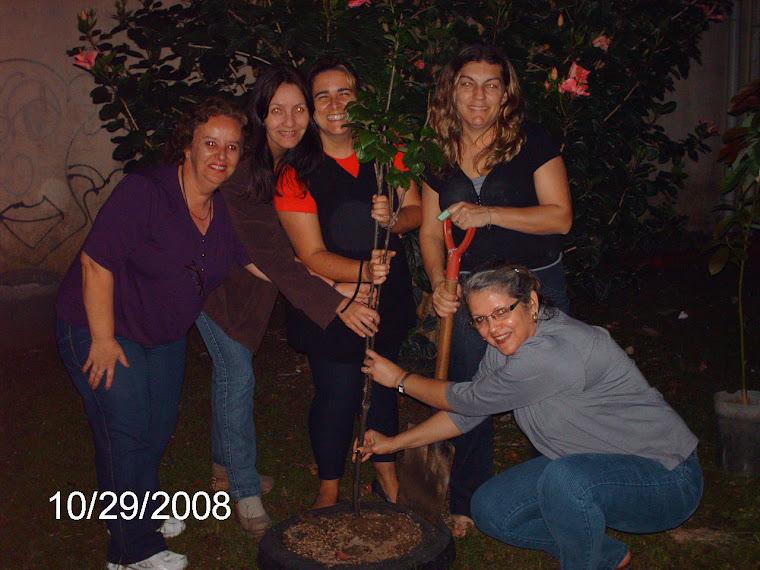 Professores do Ruy Coelho ao lado de um pé de caqui-de-chocolate plantado pelo projeto.