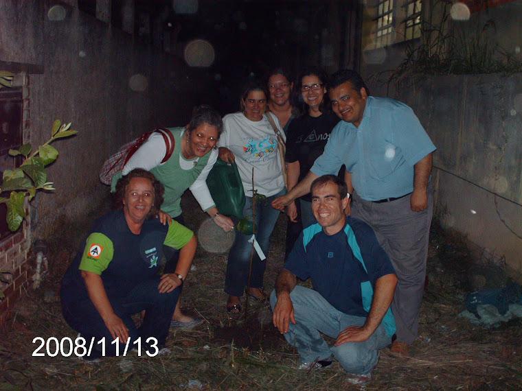 O plantio de um enxerto de ameixa rocha acompanhada pelos profissionais da educação do Ruy Coelho