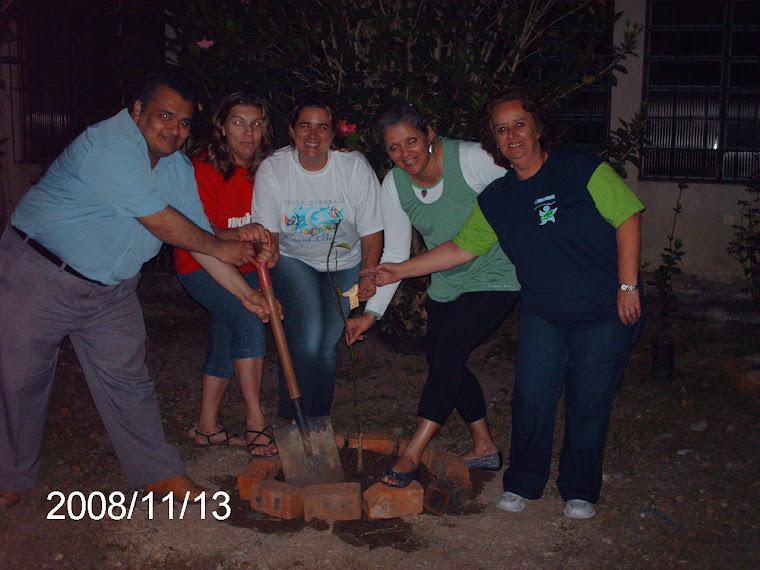 professores e mais uma muda de laranja-do-céu na Escola Ruy Coelho