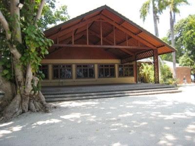 Ruang meeting di pulau Putri dengan panggung di terasnya