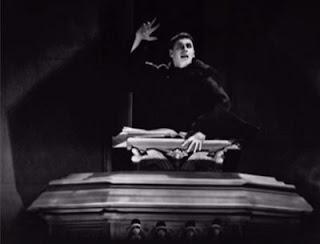 Un monje lee el Apocalípsis, en una de las escenas de 'Metrópolis' que permanecen perdidas