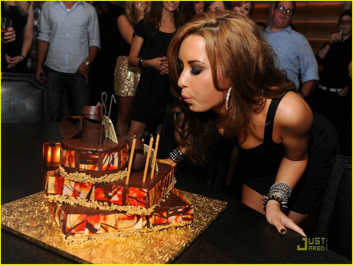http://4.bp.blogspot.com/_V6725Cm7kx4/TG8IOfS5-4I/AAAAAAAACFM/BVePB7Ws6js/s1600/demi-lovato-bday-celebration-03.jpg