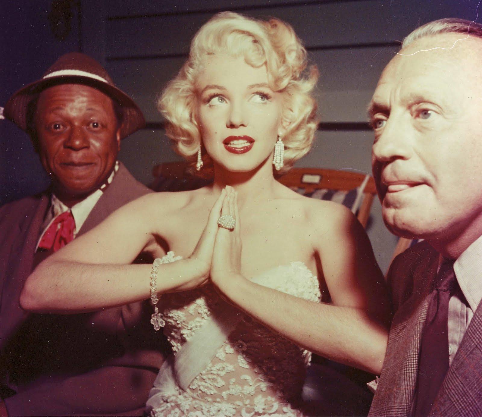 http://4.bp.blogspot.com/_VBWYS49PYAY/TNI3eTPpMBI/AAAAAAAAACg/17Oj4Si_SFE/s1600/Marilyn+Monroe+ragazza.jpg