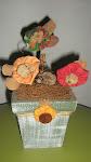 Pátina em Vaso de Madeira com Detalhe em Fuxico, e Flores de Fuxico
